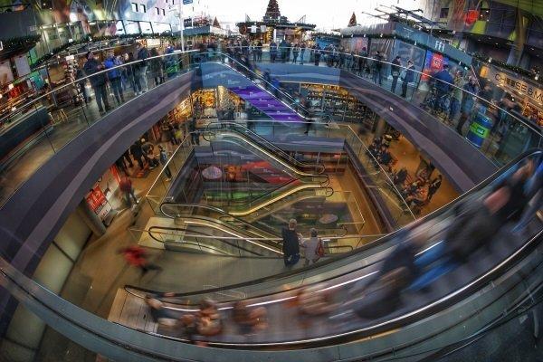 centro commerciale affollato