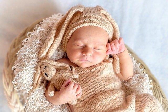 neonato con vestitino