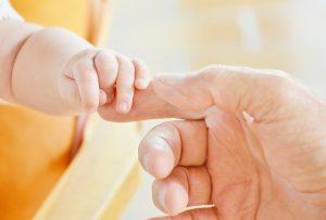 mano neonato e genitori