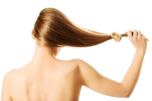 ragazza capelli lunghi e forti